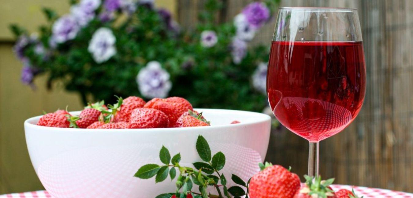 kvasci za roze vino slika roze vina na stolu sa jagodama